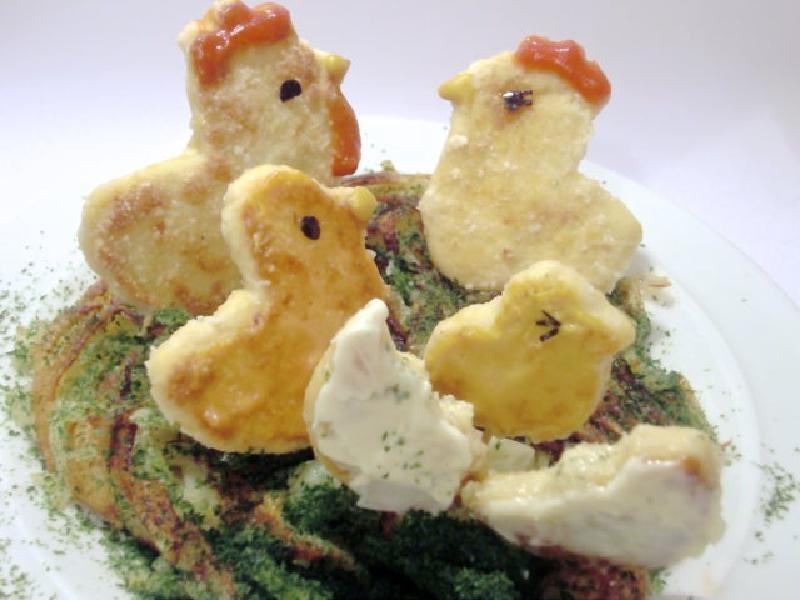 Цыплята на лужайке: оригинальная подача жареного картофеля и куриных наггетсов