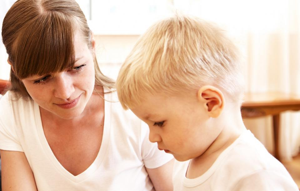 Не надо задавать миллион вопросов: если ребенок еще не говорит, может, мы сами этому препятствуем
