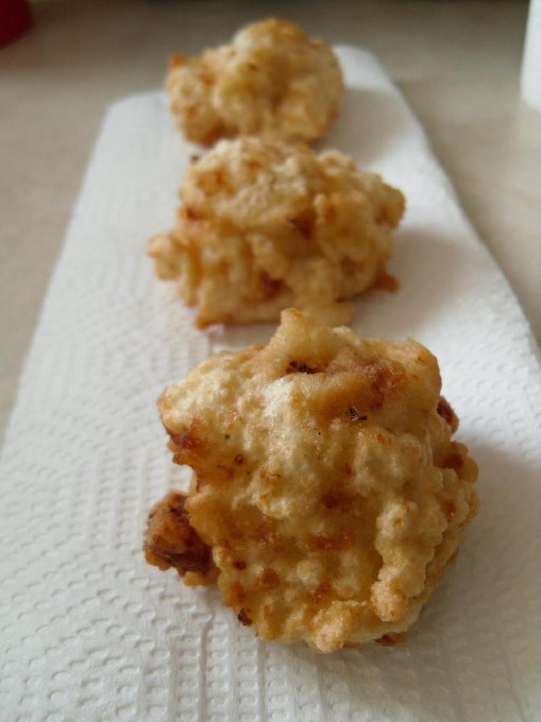 Если бюджет ограничен, готовлю сытные шарики из макарон и сыра: копеечная закуска, которую не стыдно предложить гостям