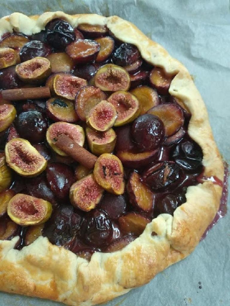 Осенняя галета с инжиром и сливами: сладкое лакомство с использованием сезонных фруктов