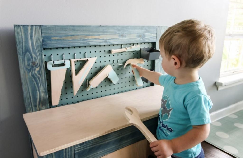Сын мечтал об инструментах, как у папы: отец сделал ему реалистичный верстак, которому позавидуют даже взрослые мужчины