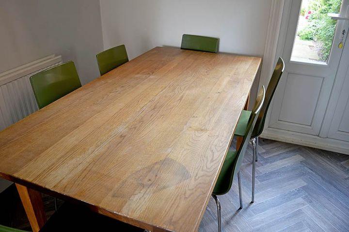 Новый обеденный стол покупать не стали, а обклеили старый обоями: смотрится прекрасно