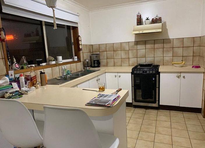 Супруги сделали ремонт в 30-летней кухне. Немного серой краски и светодиоды - и комната преобразилась до неузнаваемости (фото до и после)