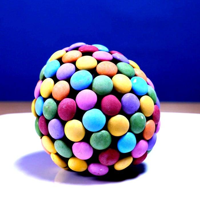 Шоколадный шарик с цветными конфетками: ребенок придет в восторг от такого десерта