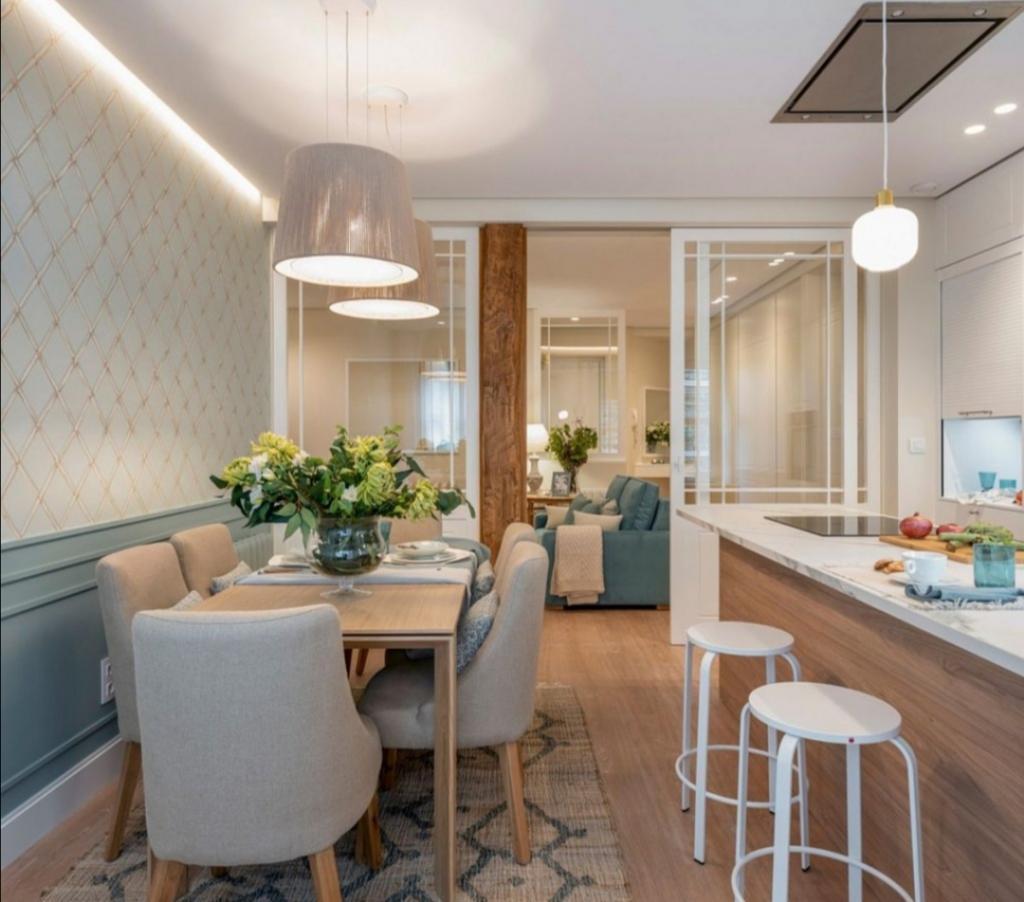 Гостиная без окна: хозяева придумали, как сделать ее светлой и просторной