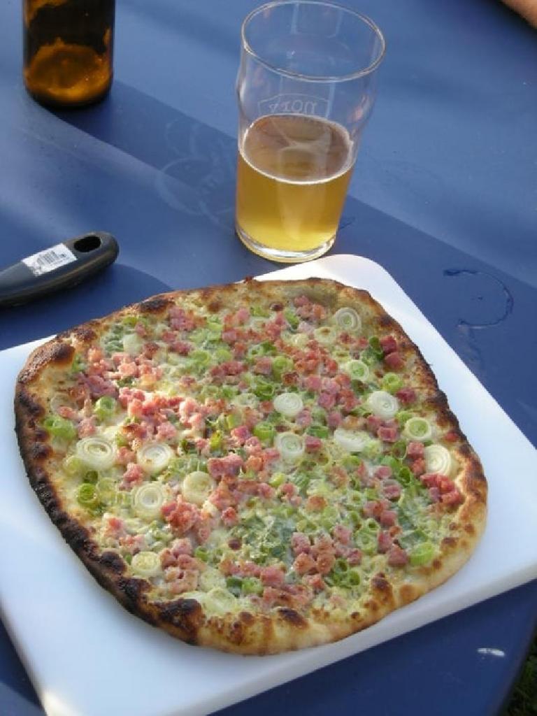 Домашняя пицца с ветчиной и зеленым лучком: из доступных ингредиентов можно приготовить настоящее итальянское блюдо