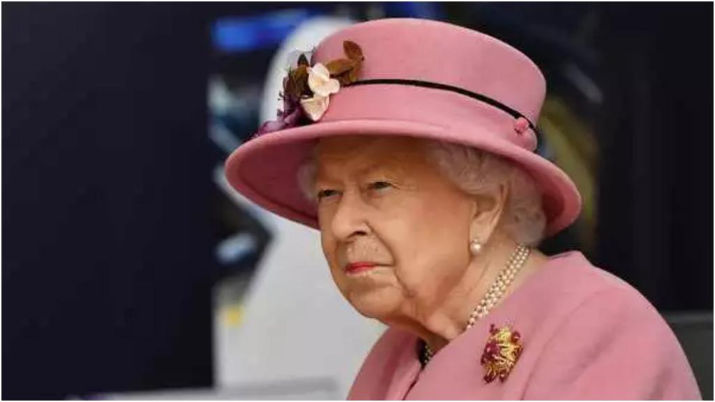 94-летняя королева Елизавета II появилась на публике с принцем Уильямом без масок. Это вызвало недовольство