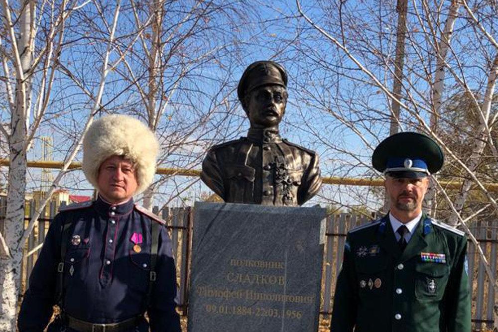 Памятник Сладкову на улице Чапаева: оренбургские казаки открыли монумент своему герою Гражданской войны