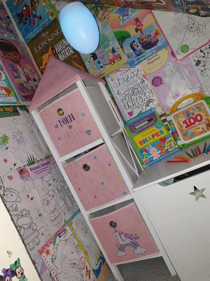 Мама обклеила стены детскими журналами. Люди высоко оценили идею (фото)