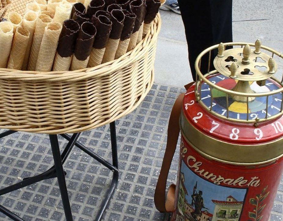 Barquillos: более 130 лет испанские уличные торговцы едой торгуют кустарными сладостями, которые люди могут съесть только после того, как покрутят колесо рулетки. Эта традиция может скоро исчезнуть