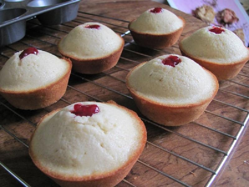 Сначала выпекаю, а затем жарю во фритюрнице: сочные, румяные и очень вкусные кексики с ягодной начинкой