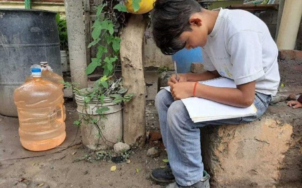 Мексиканскому мальчику, которому приходилось ходить к соседям, чтобы сделать уроки, подарили телевизор