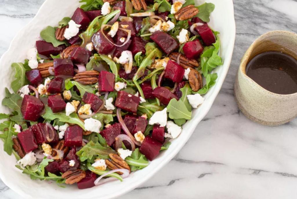 Вам обязательно понравится этот салат со свеклой, орехами, козьим сыром и руколой. Секрет — в заправке