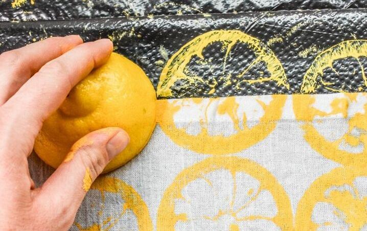 Окунула лимон в краску и «проштамповала» свои кухонные полотенца: результат великолепный (фото)