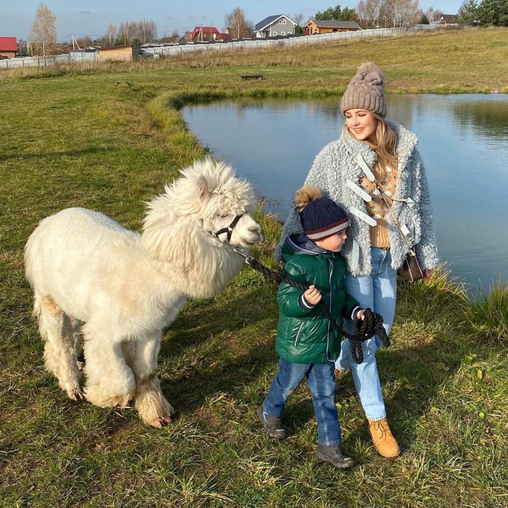 Анна Михайловская с сыном побывали на ферме, где познакомились с альпакой и овечкой. Свитер актриса выбрала не просто так