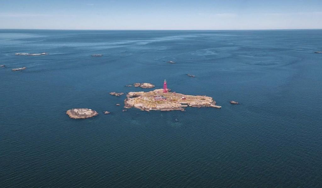 Отель  Дом на горизонте  расположен на маленьком скалистом острове у берегов Швеции: его аренда   от 15 720 фунтов стерлингов за ночь (видео)