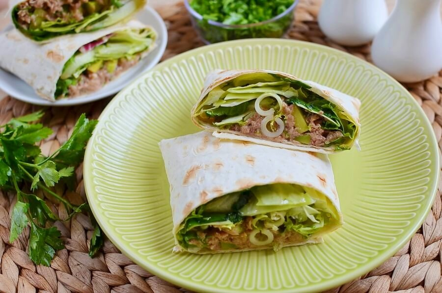 Простенькая, но очень вкусная закуска в мексиканской лепешке с консервированным тунцом и авокадо: сначала делаю салат