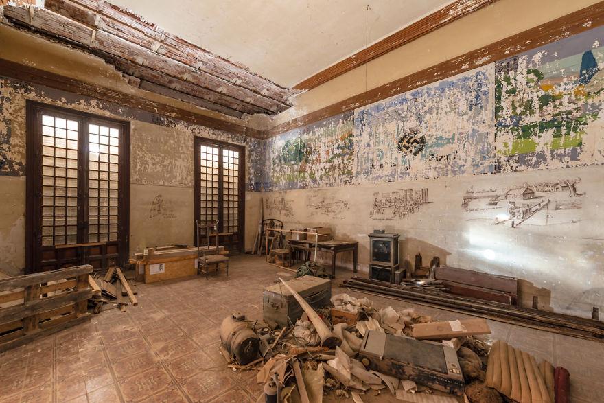 Фотограф заснял заброшенный замок, построенный 119 лет назад. История особняка будто списана со страниц Александра Дюма