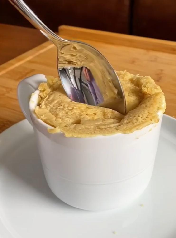 Беру минимум ингредиентов – получаю максимум удовольствия: к кофе часто готовлю шарлотку прямо в чашке (быстро и экономно)