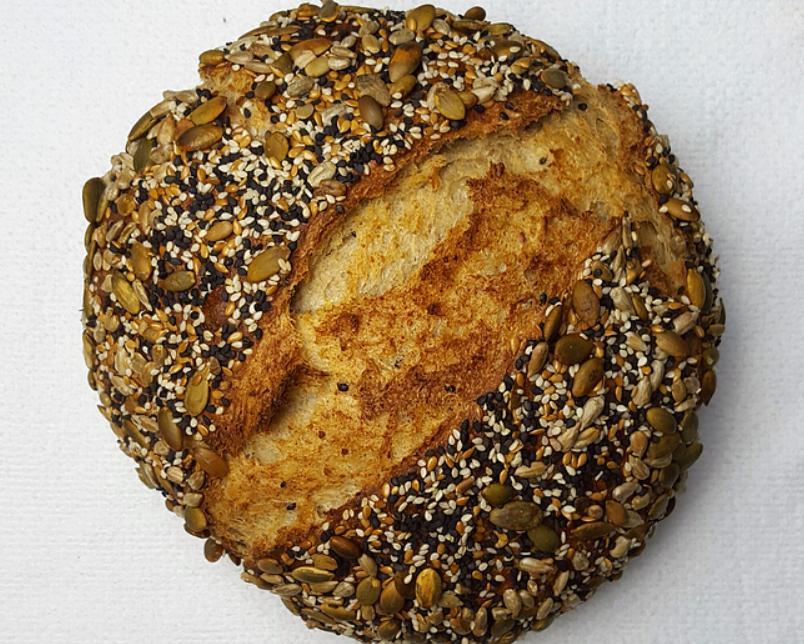 Магазинная выпечка с домашней не сравнится: по выходным пеку цельнозерновой хлебушек с кунжутом и семечками