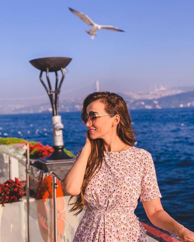 Что я делаю в Стамбуле?: Анфиса Чехова устроила небольшую фотосессию в летнем платье и кроссовках