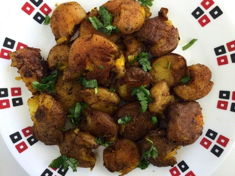 Если аккуратно размять вареную картофелину и обжарить ее в масле со специями, то можно получить вкусный индийский гарнир