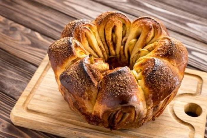 Наткнулась на рецепт традиционного еврейского яблочного пирога на дрожжевом тесте: отличная альтернатива приевшейся шарлотке