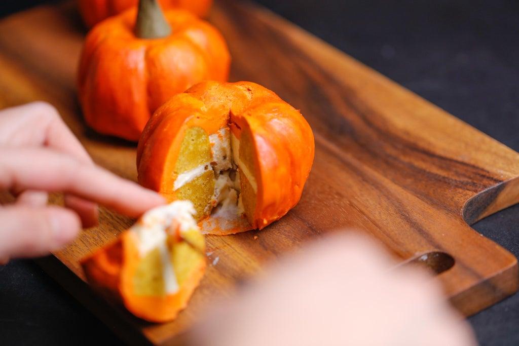 Яркий десерт для тех, кто любит осенний уют: готовим сладкие тыковки из кексов, крема и тыквенного пюре