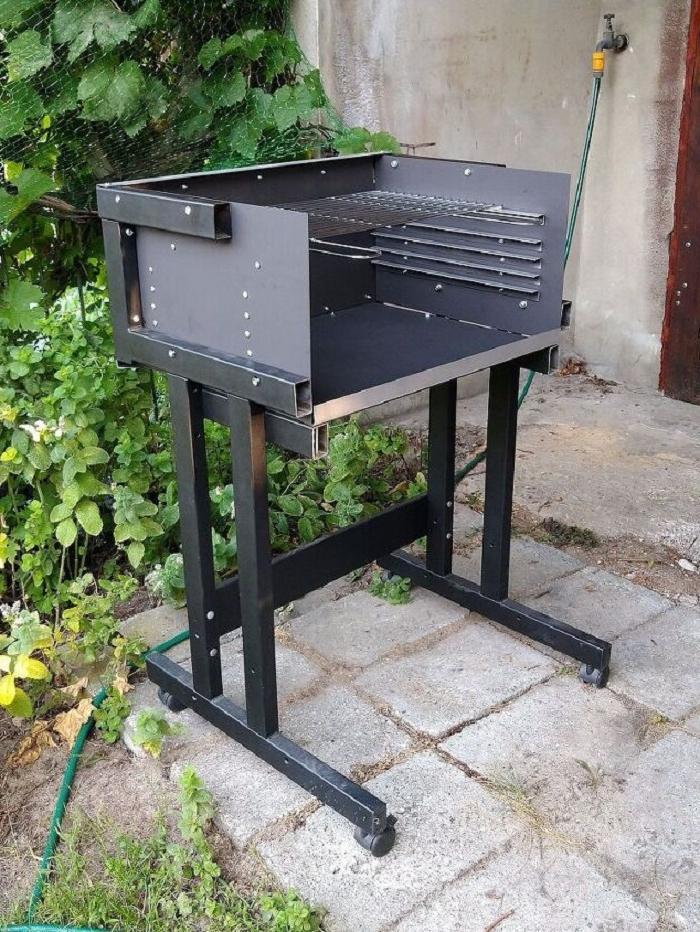 Муж превратил старый железный стол в удобную грильницу для барбекю