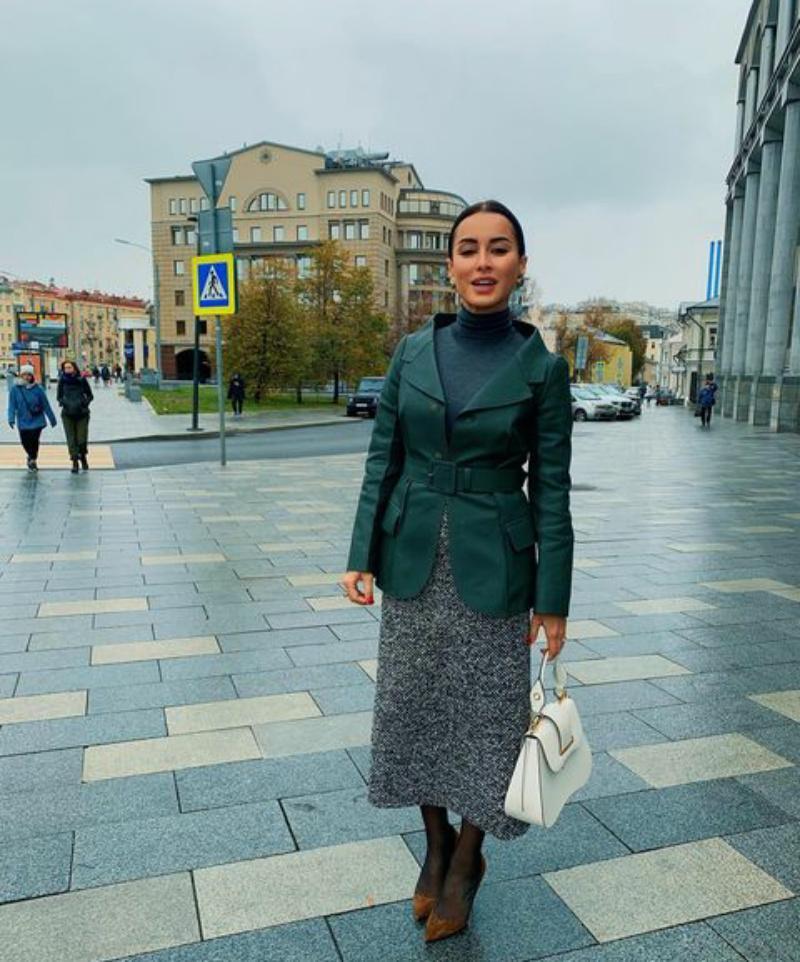 Тина Канделаки показала, как яркие туфли могут сочетаться с деловым стилем: фото