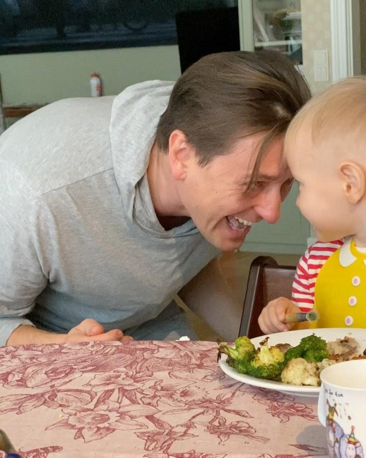 Все, чтобы Степка поел: Сергей Безруков устроил зажигательный танец, пока кормил сына