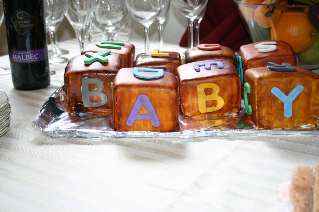 Бисквитные кубики с яркой помадкой: необычное пирожное для детского праздника