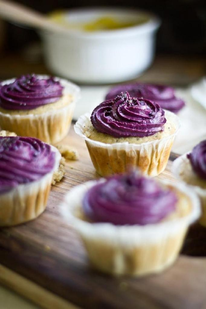 Лимонно-маковые кексы с черничной глазурью: готовлю лакомство вместо праздничных тортов