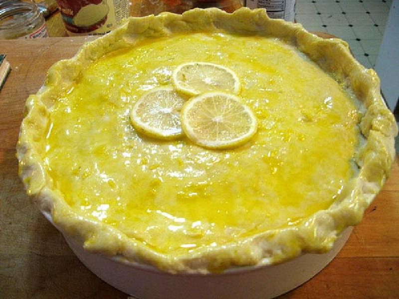 Запекаю в горшочке пирог с белой рыбой, овощами и сливочным соусом: корочка получается хрустящей, а начинка нежной и сытной