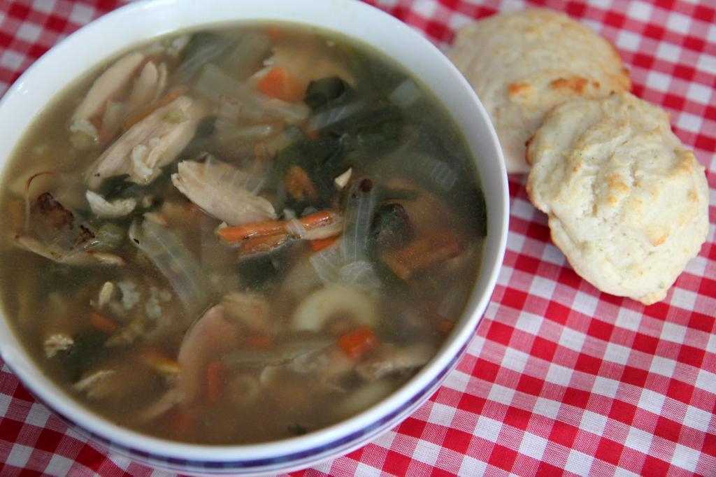 Быстро и вкусно из того, что под рукой: простой суп из овощей и мяса куры-гриль (или индейки)