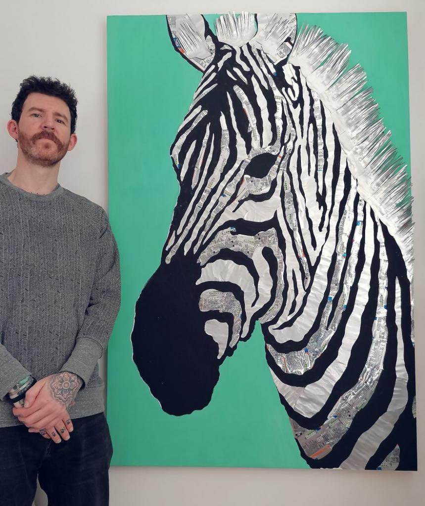 Шотландский художник создает реалистичные картины из алюминиевых банок: в его коллекции есть и зебра, и астронавт из фильма, и даже Майкл Джексон
