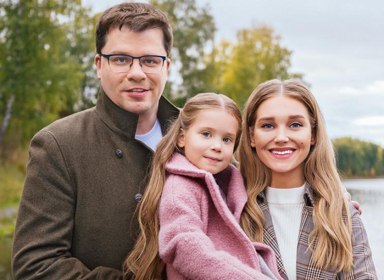 После четырех месяцев бракоразводного процесса Кристина Асмус развелась с Гариком Харламовым: с кем останется дочь, и как будут делить имущество бывшие возлюбленные