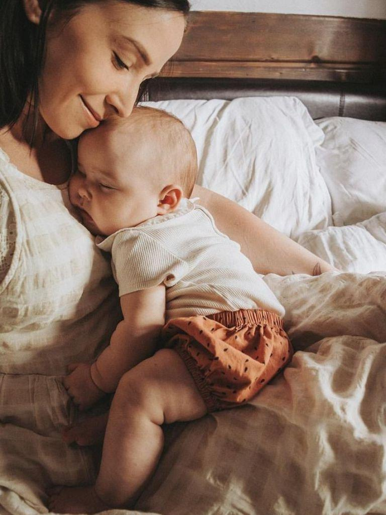 С мамой спокойнее: учёные рассказали, что прикосновение родителей снимает боль