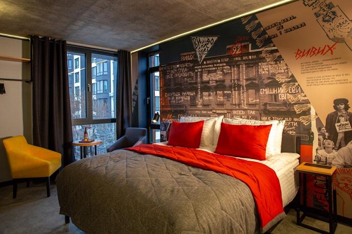 Я всегда удивлялась, почему на двуспальные кровати в отелях всегда кладут 4 подушки: оказалось, для здоровья гостей