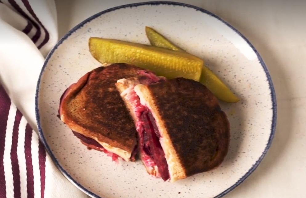 На праздничный стол всегда готовлю бутерброды с квашеной капустой и свеклой, запеченной в специях. И никому в голову не приходит спросить: А где же мясо?