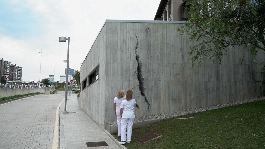 Нет, это не трещина: художник выразил благодарность врачам, создав трогательную фреску на стене больницы
