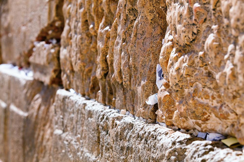 Бабушка привезла 6 летнего внука в Иерусалим к Стене Плача. Мальчик оставил в кирпичах записку из двух слов