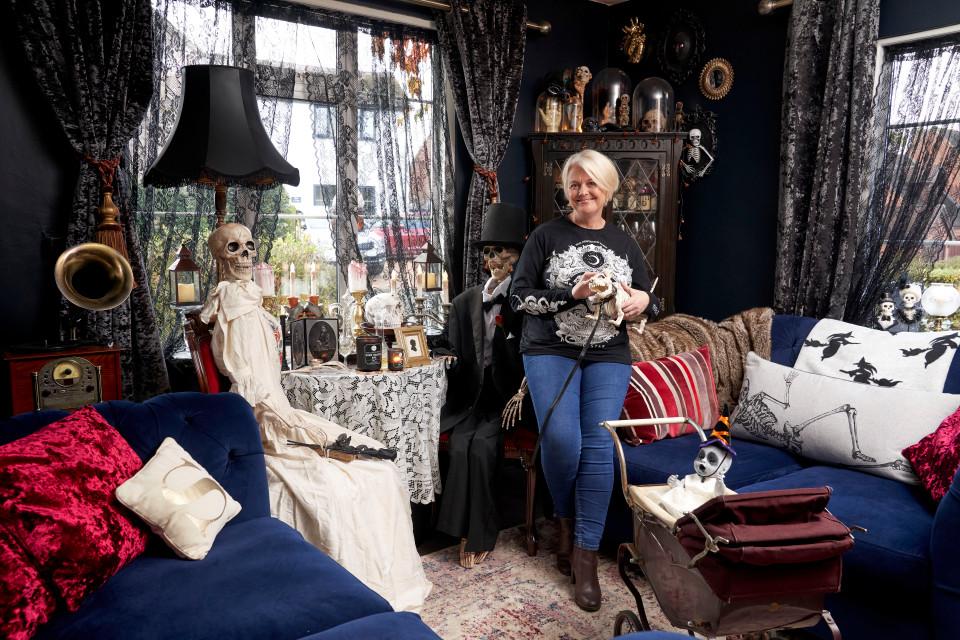 50-летняя англичанка потратила огромную сумму, чтобы украсить свой дом к Хэллоуину (фото)