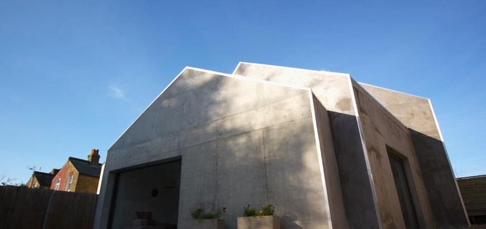 Англичане делали ремонт 3 года: несмотря на стоимость работ, люди в Сети сравнили новый дом с гаражом для автобусов