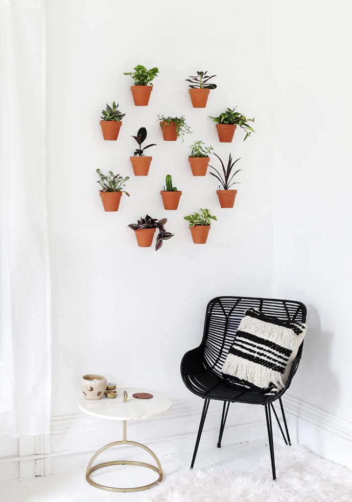 Одна из стен дома пустовала, и муж помог мне закрепить на ней много цветочных горшков. Смотрится очень аккуратно и красиво