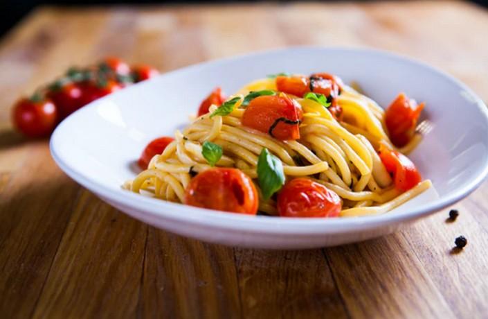 Кулинарные лайфхаки: как сделать магазинный соус для пасты вкуснее - добавить сливки