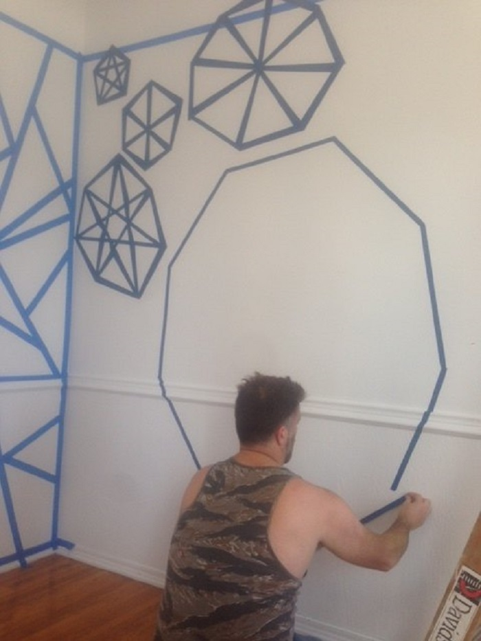 Детская выглядела скучно: мы взяли яркие краски и сделали геометрическую мозаику на стенах