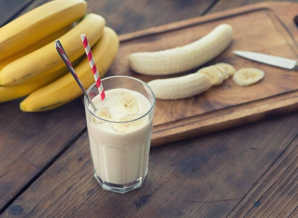 Бананы, цитрусовые, йогурт: диетологи назвали продукты, которые лучше не есть натощак