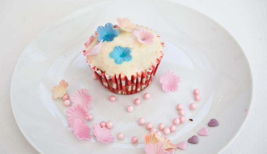 Тыквенные кексы с нежным кремом и эффектным дизайном: ароматная выпечка из сезонного овоща