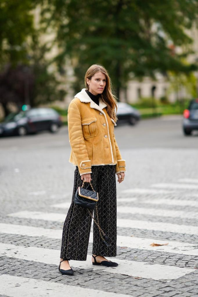 Широкие брюки на осень/зиму 2020-2021 по моде street style: внешний вид и советы о том, как их носить (фотогалерея)